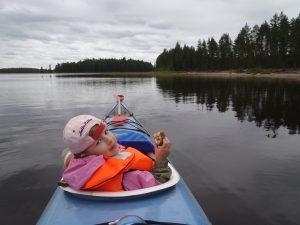 Tyttö kanootissa