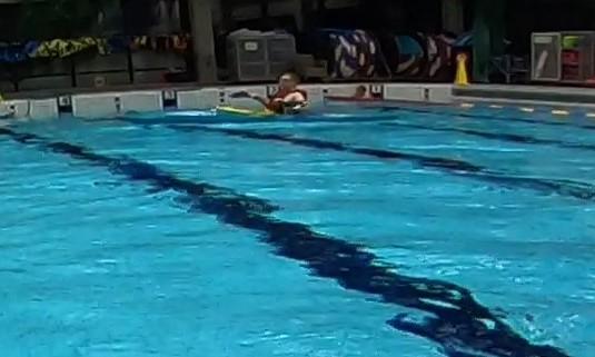 Melontaa uimahallissa